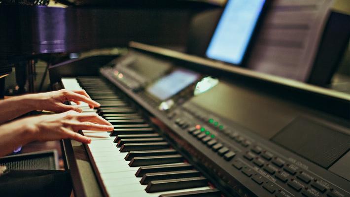Top 8 Best Digital Pianos under 1000